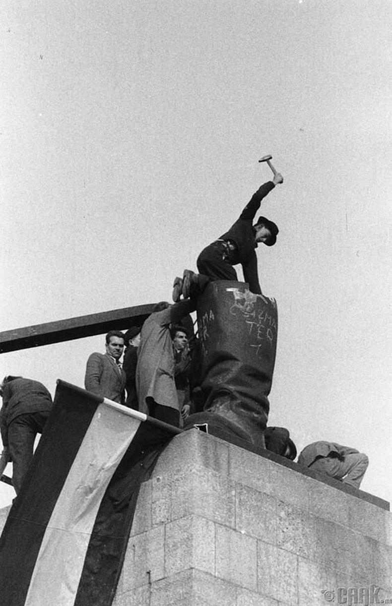 1956 оны бослогоор социалист дэглэмийг эсэргүүцсэн Унгарын ард түмнийг Зөвлөлтийн цэргүүд нухчин дарсан юм
