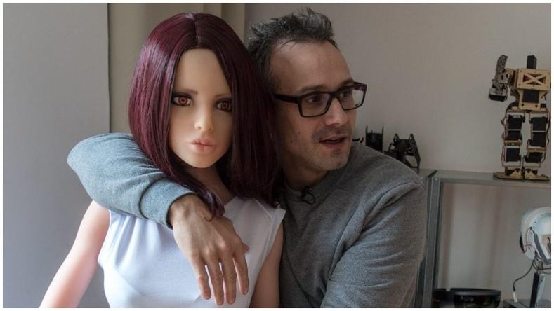 Эмэгтэй хүнтэй адилхан авир гаргадаг секс робот