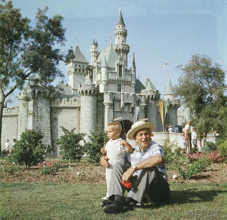 Уолт Дисней (Walt Disney) ач хүүгийн хамт Диснейландын урд талбайд
