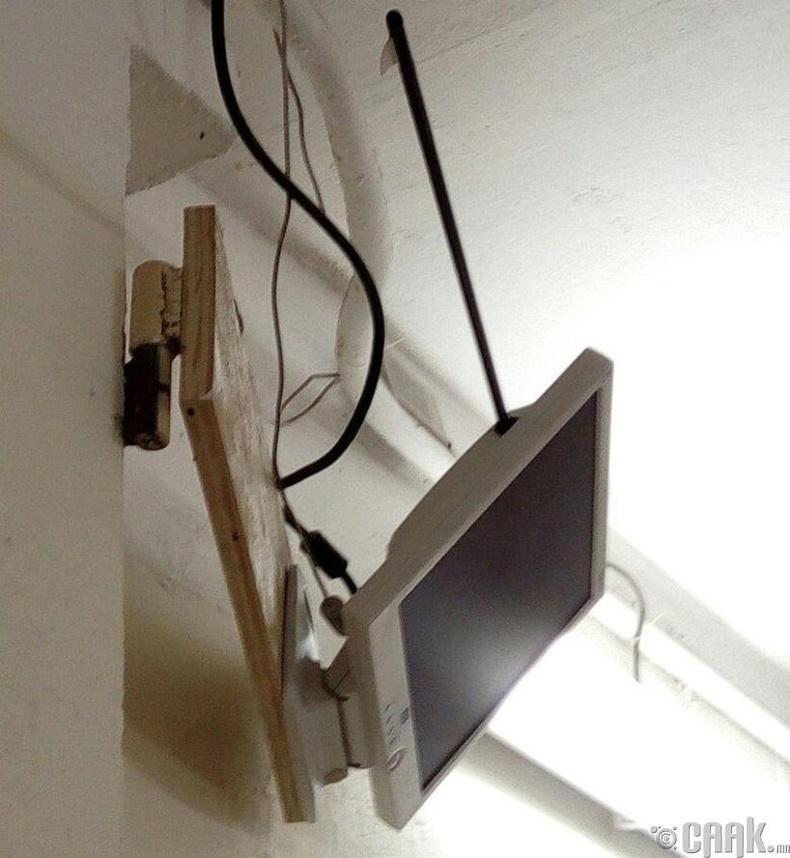 Харвасан сум нь дэлгэцний яг USB оролт руу тусч ямар нэгэн гэмтэл учруулаагүй байна