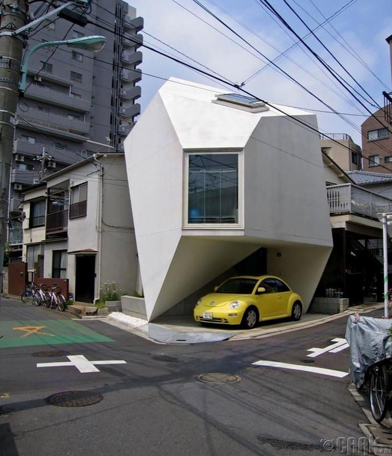 Машины зогсоолыг шийдэж өгсөн загварлаг байшин