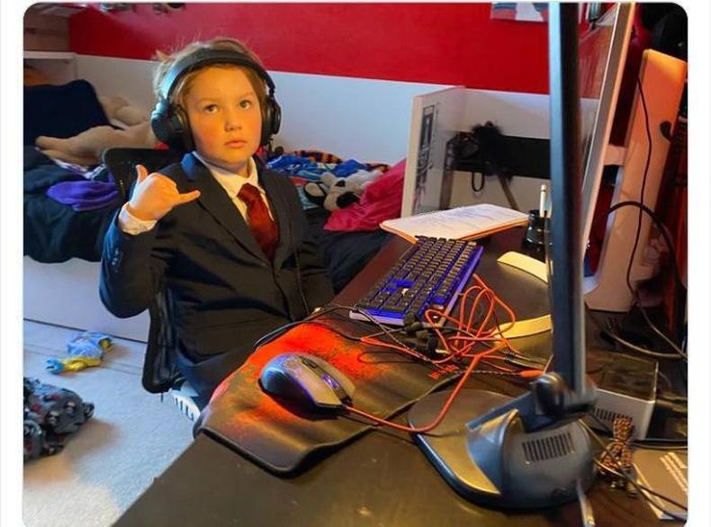 7 настай хүү Zoom-ээр хичээлдээ суухдаа маш нухацтай хандаж, заавал хослол өмсдөг гэнэ