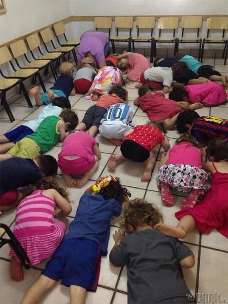 Цэцэрлэгийн хүүхдүүд бүс нутгийн аюулгүй, амар тайван байдлын төлөө залбирал үйлдэж буй нь