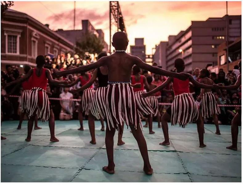 Өмнөд Африк: Нар жаргахтай зэрэгцэн бүжигчид 2018 оны 2-р сарын 24-ний Нохой жилийг угтан Йоханнесбургийн Анхны Хятад хороололд тоглолтоо хийсэн нь