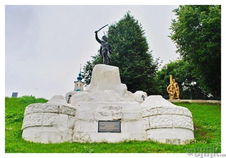 1812 оны цэрэг дайчдад зориулсан хөшөө эвдэрч, балгас болжээ.