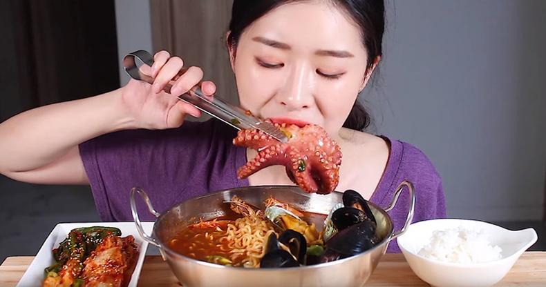 """""""ASMR"""" - Хүмүүс яагаад бусдын хоол идэх чимээнд дурлах болсон бэ?"""