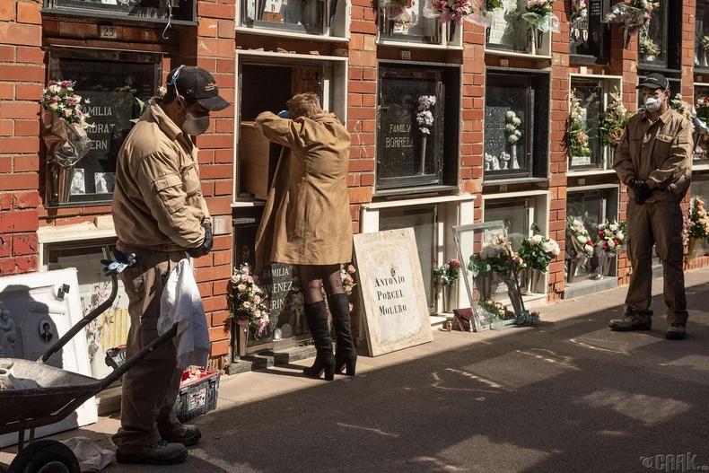 80 насандаа коронавирусээр нас барсан ээжийнхээ авсан дээр уйлж буй нь, Испани, 3 сарын 31