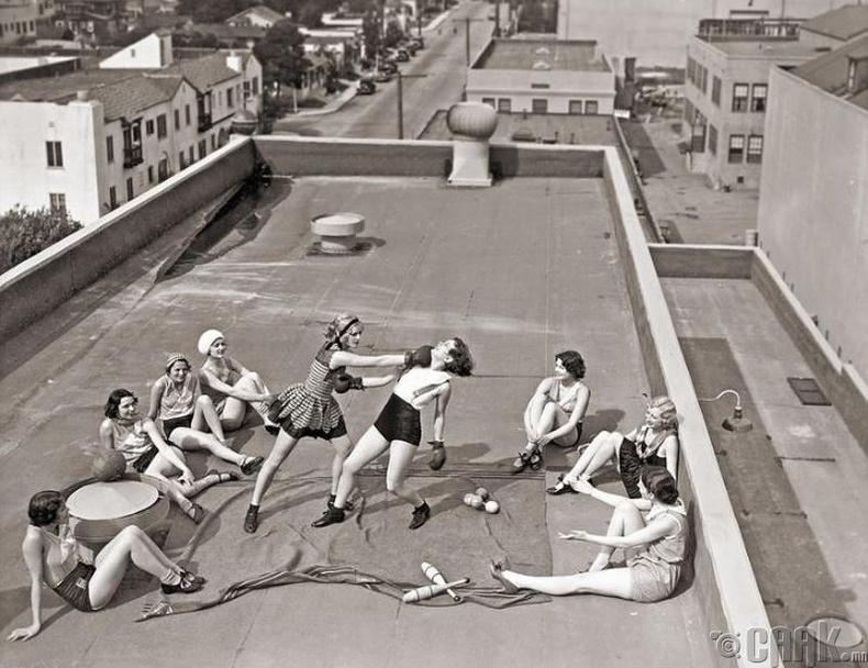 Дээвэр дээр боксдож буй бүсгүйчүүд - 1930-аад он