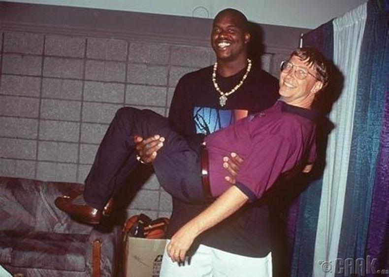 Сагсанбөмбөгийн нэрт тамирчин Шакил О'Нил (Shaquille O'Neal), дэлхийн хамгийн баян эрхэм Билл Гейтс (Bill Gates)-ийн хамтаар, 1999 он