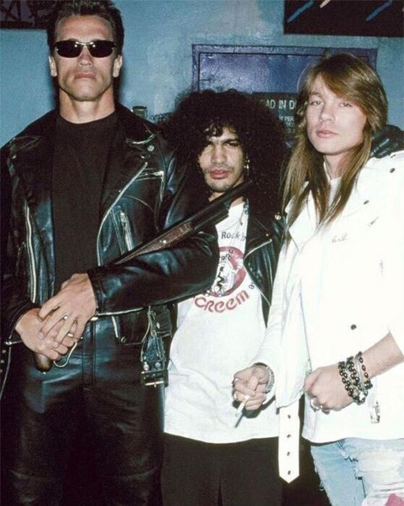 """Арнольд Шварценеггер """"Guns 'n Roses"""" хамтлагийн Слэш, Эксл Роуз нарын хамт, 1990 он."""