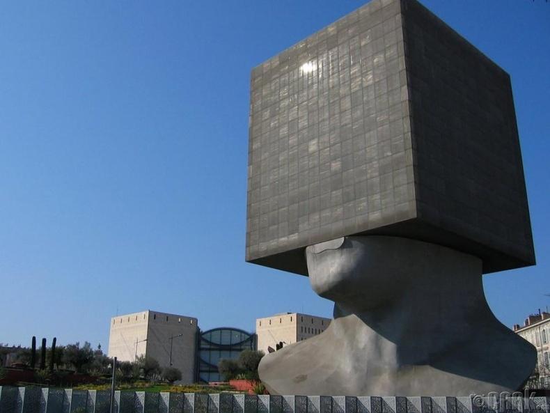 Луи Нусерагийн номын сан, Найс