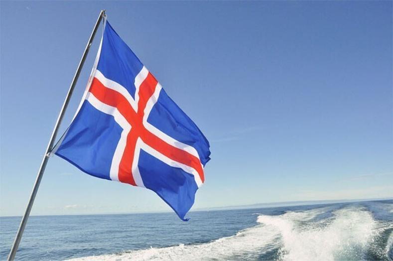 Исландын төрийн далбааны өнгө нь тухайн орны байгалийн гурван хүчин зүйлийг бэлгэддэг