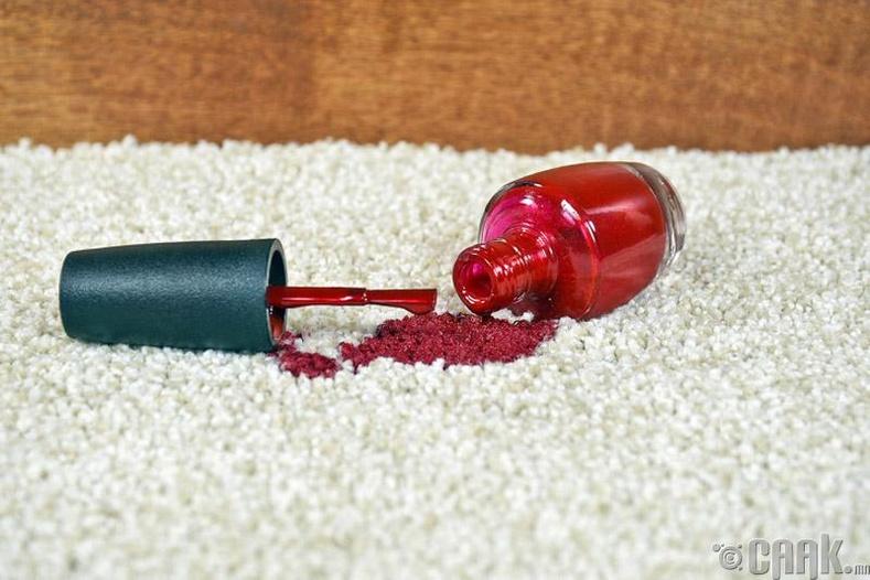 Даавуун дээр хумсний будаг асгасан бол ямар арга хэмжээ авах вэ?