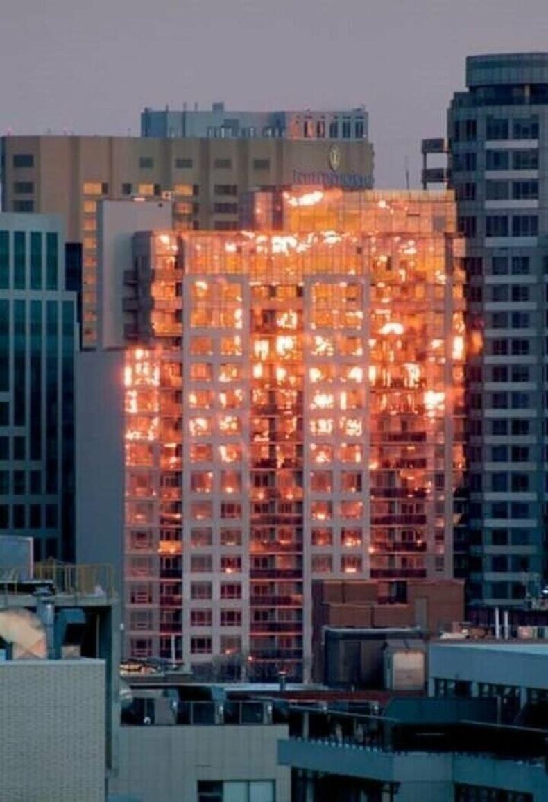 Шатаж буй мэт санагдах ч үнэндээ барилгын фасад оройн наранд ингэж харагдаж байна