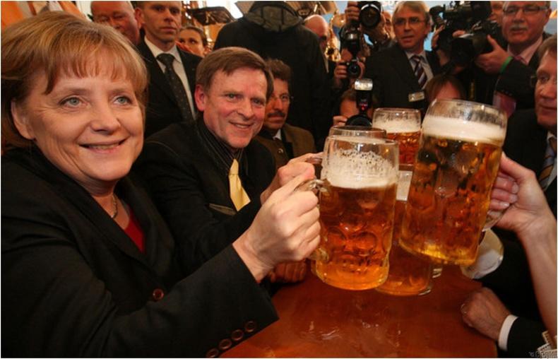 Хоёр Герман нэгдэж, хүн бүр баярын хундага өргөж байхад Ангело Меркел унтаж байлаа