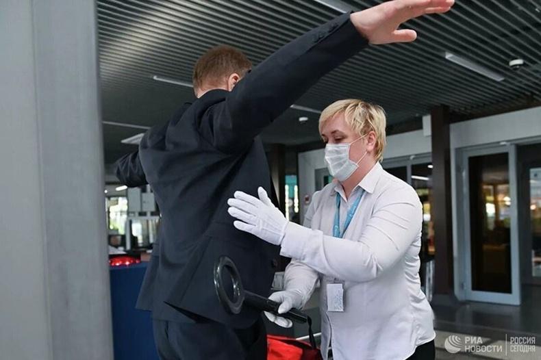 Онгоцны буудлын ажилтнууд зорчигч онгоцны буудал дээр ирэх үед гартаа барьж байсан зүйлийг шалгана