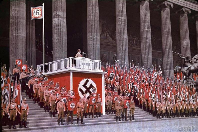 Ухуулгын сайд Йозеф Геббельс олны өмнө илтгэл тавьж байгаа нь - 1938 он