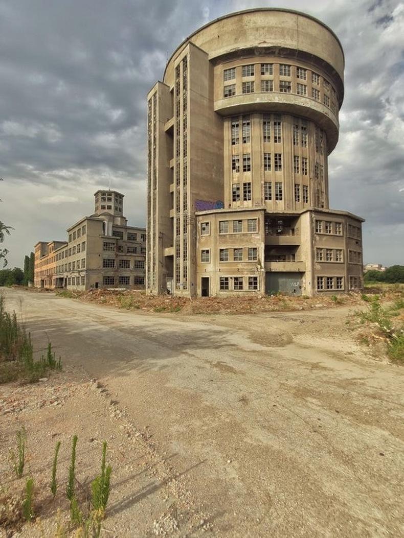 Итали дахь архины үйлдвэр хаягдаж хоцорсон нь