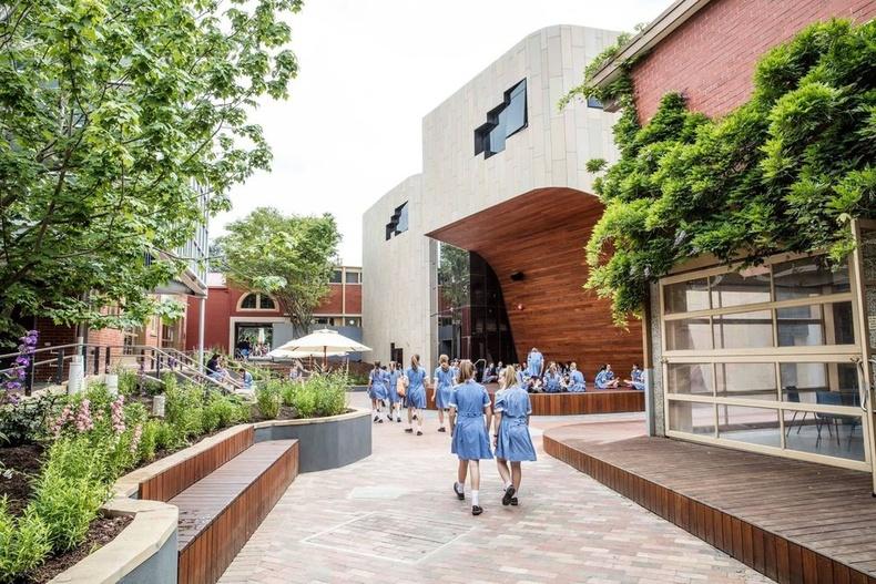 Мөн Австралийн өөр нэгэн сургуулийн задгай тайз