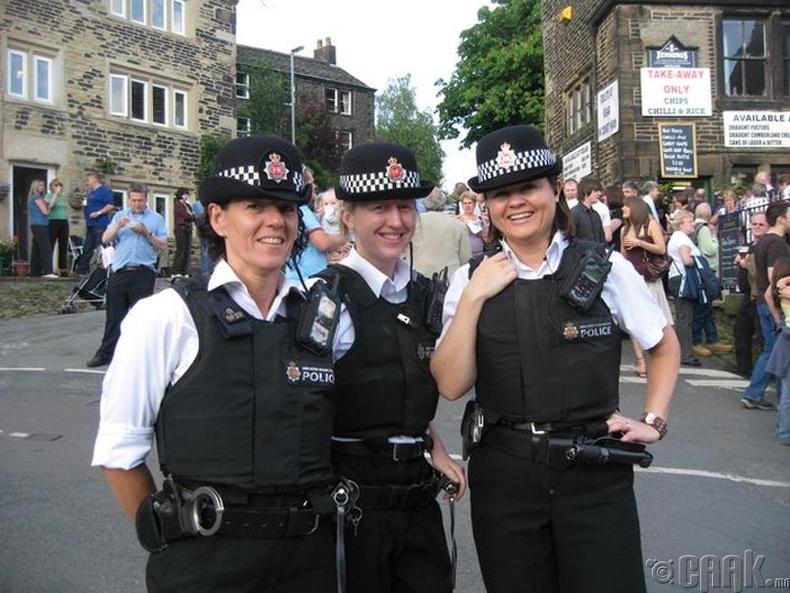 Британийн цагдаа нар зодоон намжаах гэж чихэр тараадаг