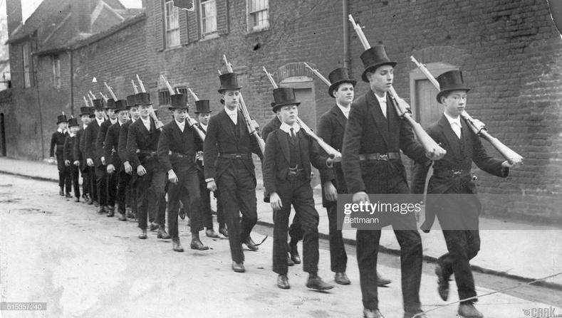 Английн элит коллежийн оюутнууд байлдааны бэлтгэл хийж буй нь, 1900 он