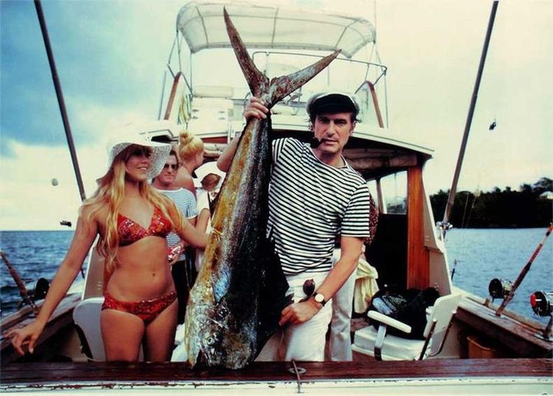Playboy сэтгүүлийг үндэслэгч Хью Хефнер загасчилж буй нь, 1970 он.