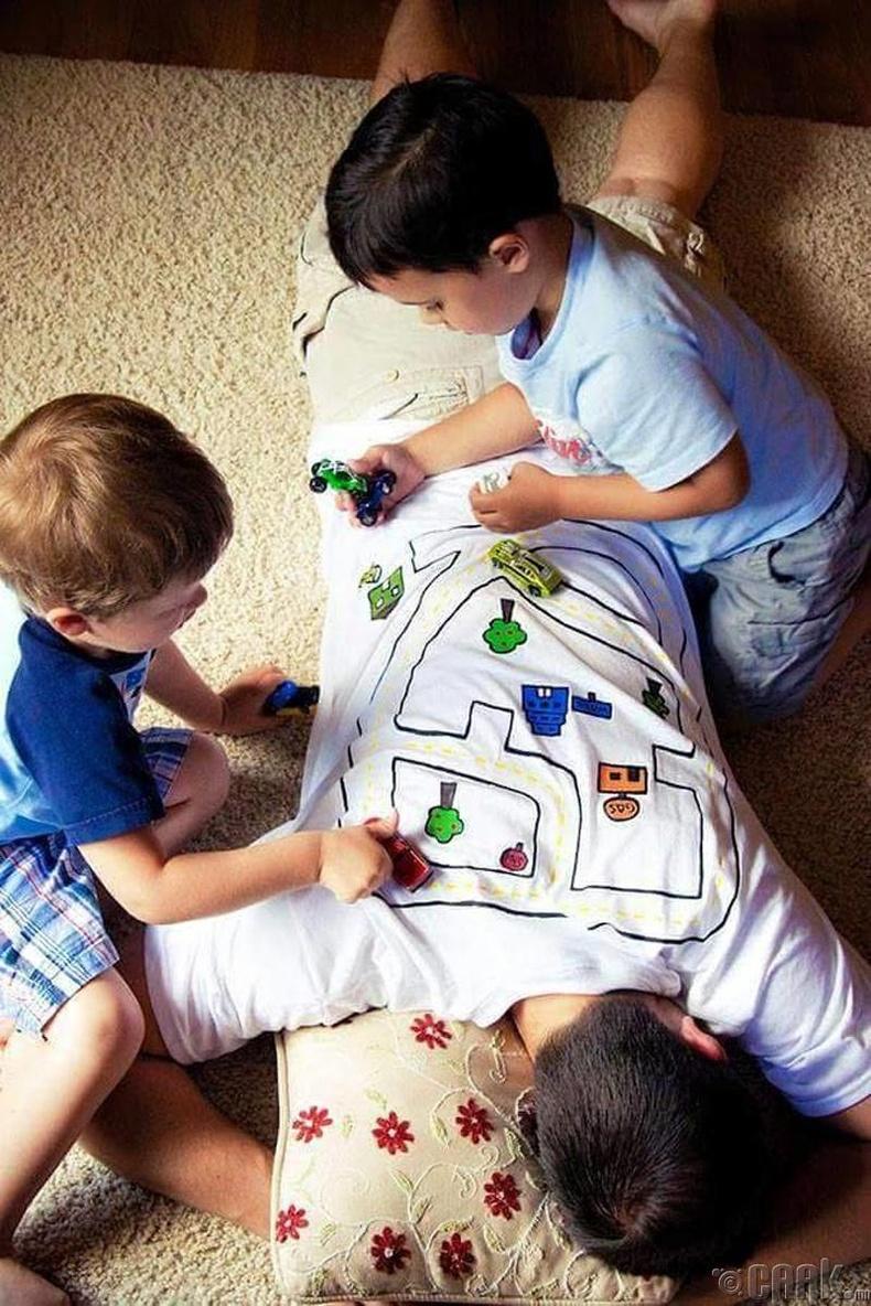 Хүүхдээ ч тоглуулна, нуруугаа ч маажуулна