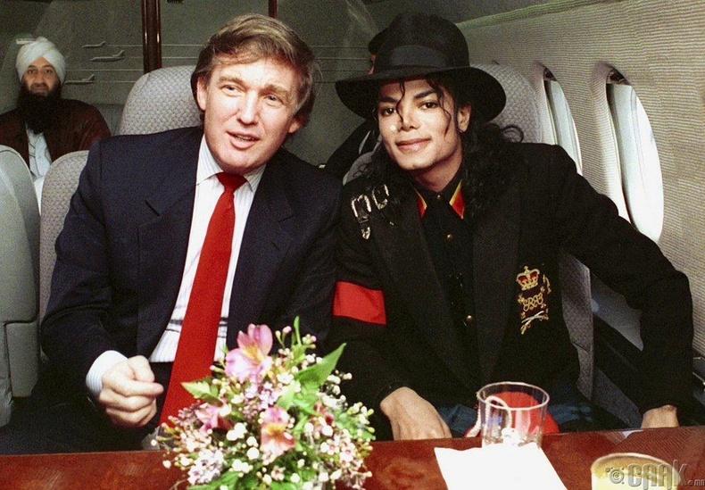 Попын хаан Майкл Жейксон (Michael Jackson), АНУ-ын ерөнхийлөгч Дональд Трамп (Donald Trump) нар ДОХ-ын халдвартай өвчтөн Райн Вайт дээр очихоор явж байна, 1990 он