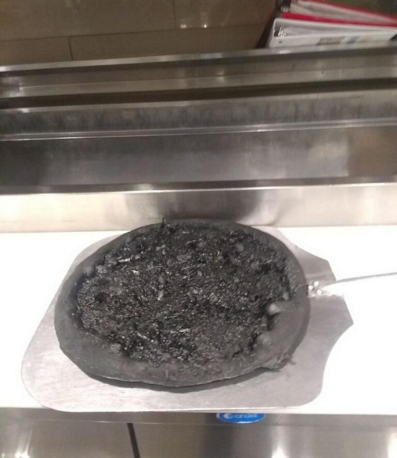Пицца биш түлэгдсэн савны ёроол гэлтэй