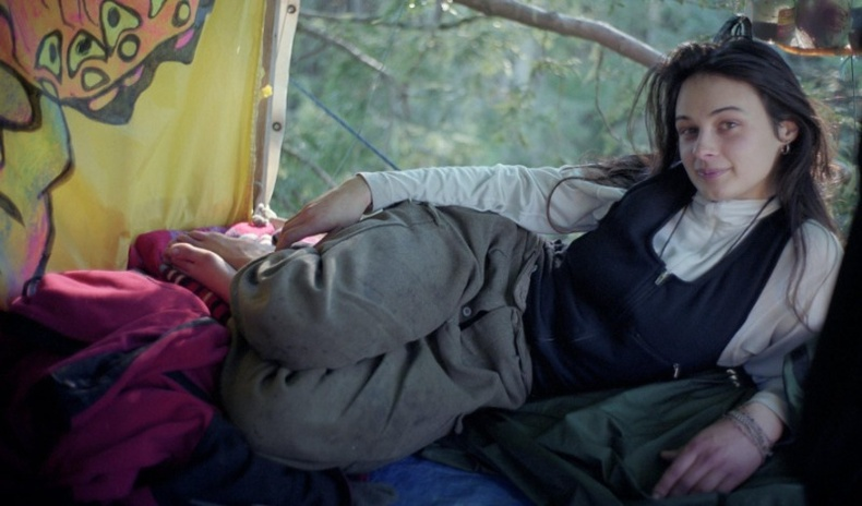 Ойг аварч үлдэхийн төлөө 2 жилийн турш модон дээр амьдарсан охин