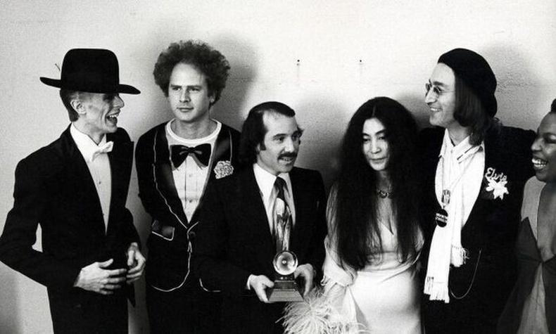 Дэвид Боуи, Пол Симон, Артур Гарфункел, Ёко Оно, Жон Леннон нар Грэммийн шагнал гардуулах ёслолын үеэр, 1975 он.