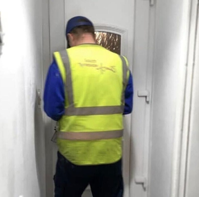 """""""Манай хаалга дотроосоо гацаад засварчин дуудсан юм. Тэр гаднаас хаалгыг онгойлгож орж ирээд багажаа гадаа мартаад хаалга хаачихсан. Одоо ингээд хоёулаа гацчихлаа."""""""