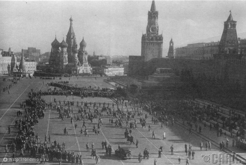 Лениний бунхныг үзэхээр дараалалд зогсож буй хүмүүс