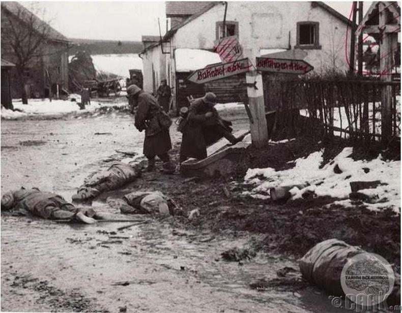 Герман цэргүүд амиа алдсан АНУ-ын цэргүүдийг дээрэмдэж байгаа нь - 1944 он