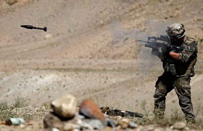 FAMAS буугаар гранат харваж буй Франц цэрэг