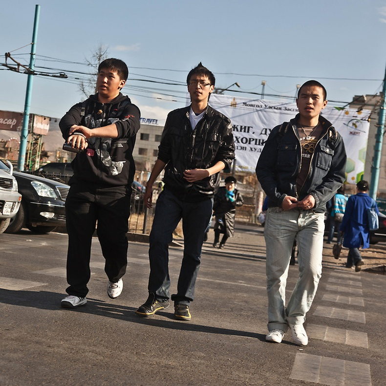 Гудамжаар алхах залуус - Улаанбаатар (2006)