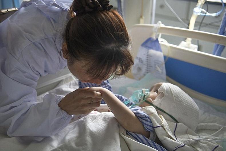 Төрсөн эхдээ гологдсон бяцхан охин
