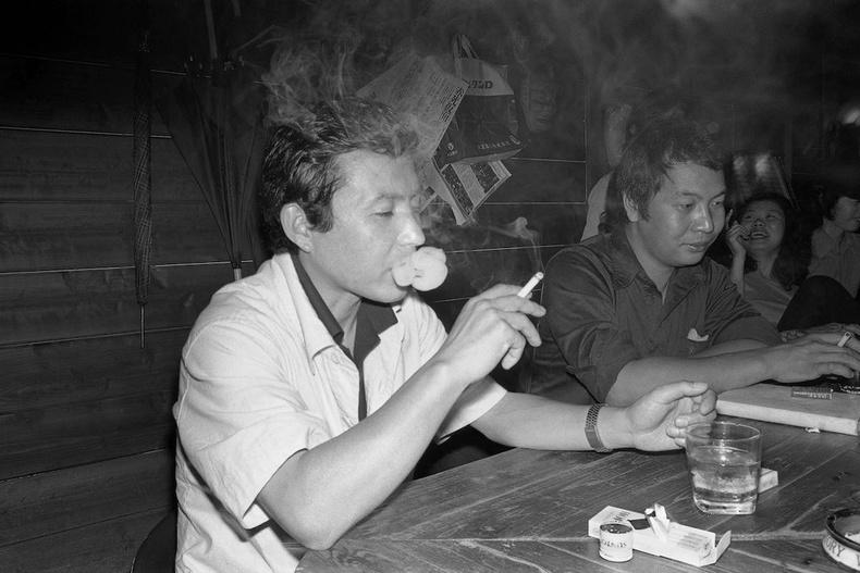 Уушийн газар тамхи татаж буй эр