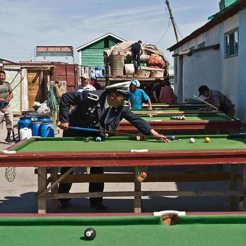Билльярд тоглож буй цагдаа - Өвөрхангай аймаг, Хархорин сум (2006)