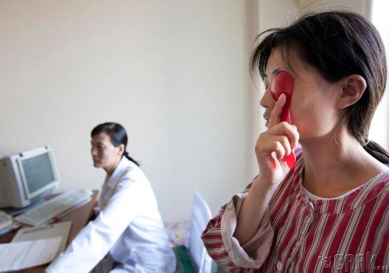 Пхеньян хотын эмнэлэгт хараагаа шалгуулж буй нь -2011 он.