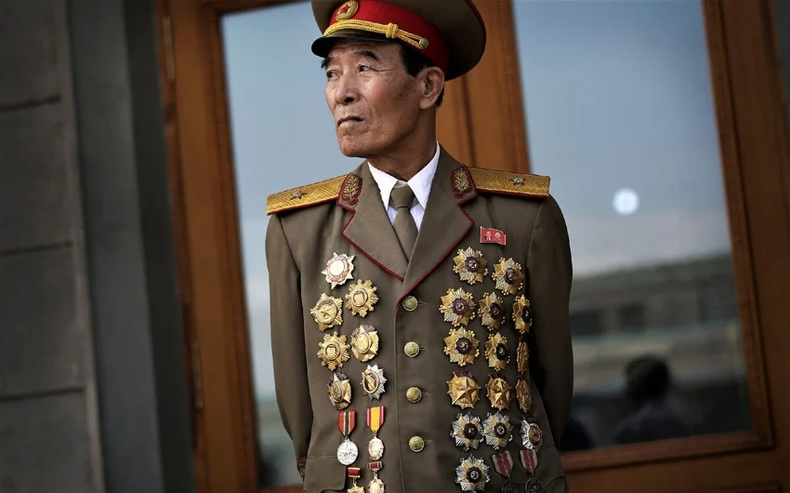 Хойд Солонгосын генералууд яагаад дайн тулаанд яваагүй мөртлөө энгэр дүүрэн одонтой байдаг вэ?