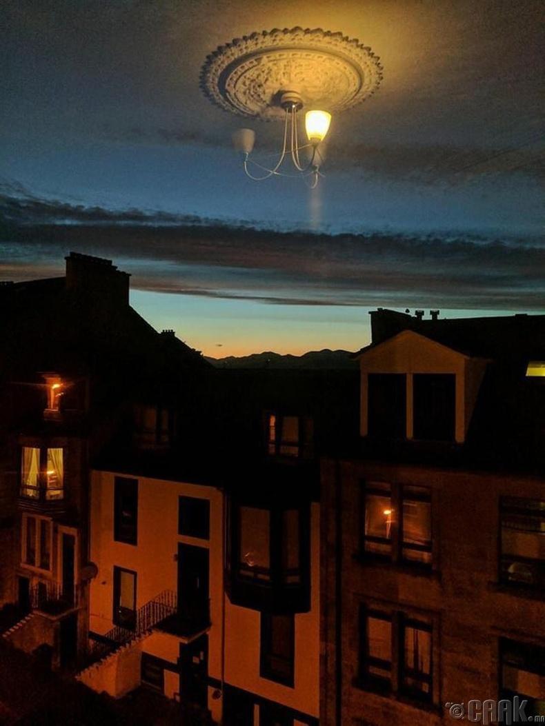 Цонхны ойлтоос болоод таазны гэрэл тэнгэрээс дүүжилсэн юм шиг харагдаж байна.