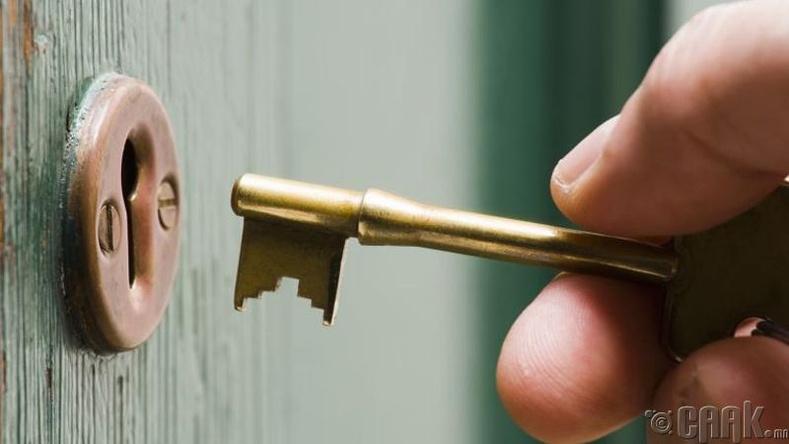 Хаалгаа түгжсэн үгүйгээ мартаад байвал