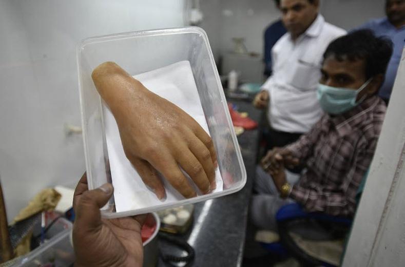 Энэтхэг залуугийн үйлдэл ядуусыг баярлуулав