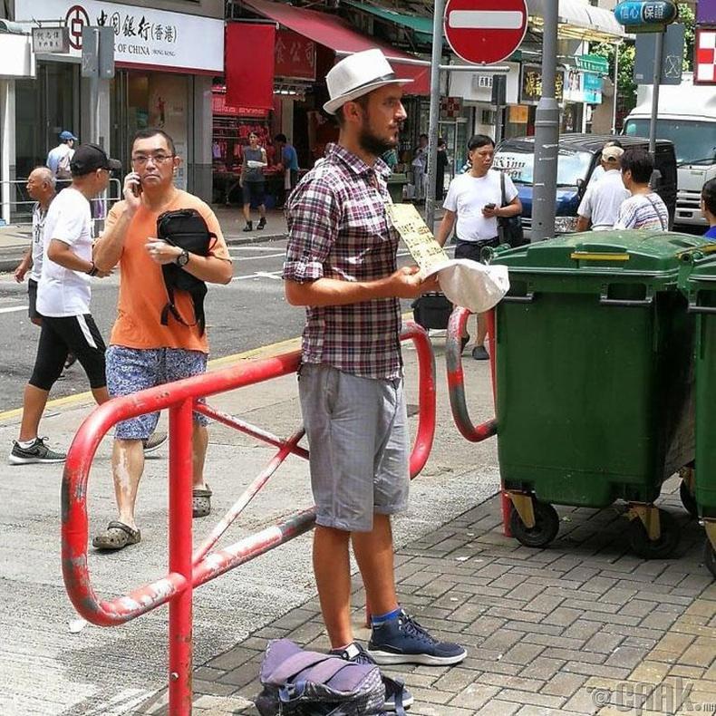 Энэ залуу саяхан хар салхинд өртсөн хотод аяллаа үргэлжлүүлэх мөнгө гуйгаад зогсож байна