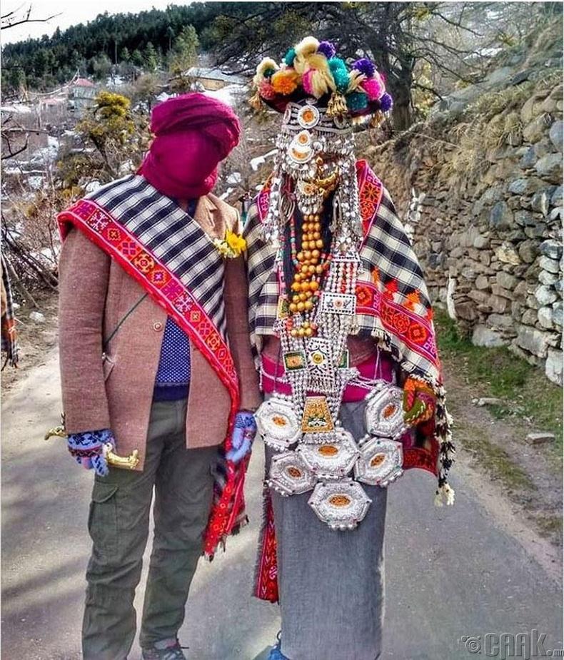 Кашмир нутаг дахь Киннуари овгийнхон гэрлэхдээ эр эм хоёулаа нүүрээ халхалдаг бөгөөд сүйт бүсгүйн гивлүүр нь цэвэр мөнгөөр хийгдсэн байдаг