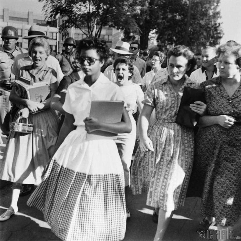 Өнгөт арьстнууд болон цагаан арьстай сурагчдыг тусгаарлаж сургах хуулийг АНУ-ын дээд шүүх хүчингүй болгосны дараа цагаан арьстнуудын сургуульд орж буй Элизабет Корд (Elizabeth Ekford) - 1957 он