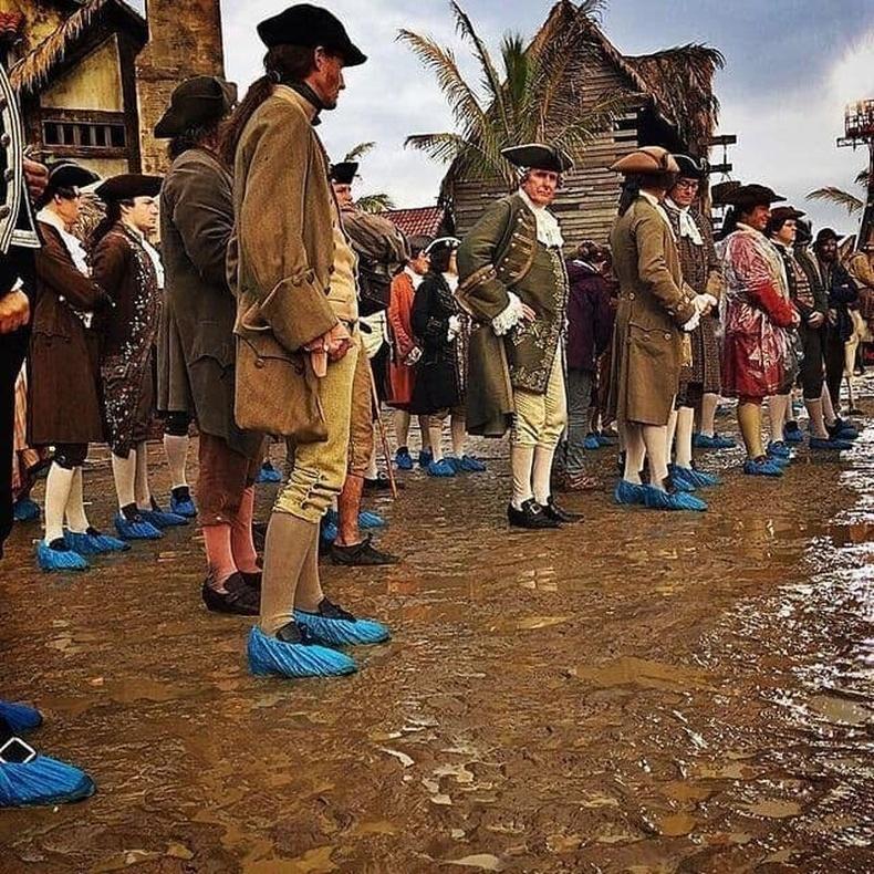 Карибын тэнгисийн дээрэмчдийн баг гутлаа бохирдуулж болохгүй.