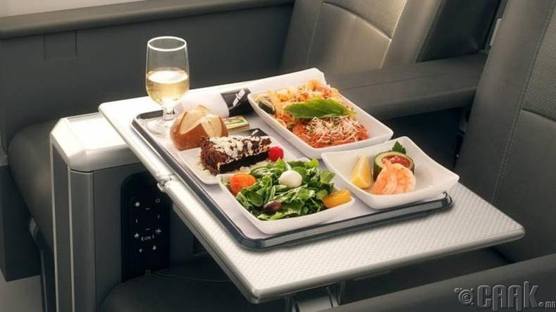 Онгоцны ажилчид гэрээсээ хоол авчирдаг