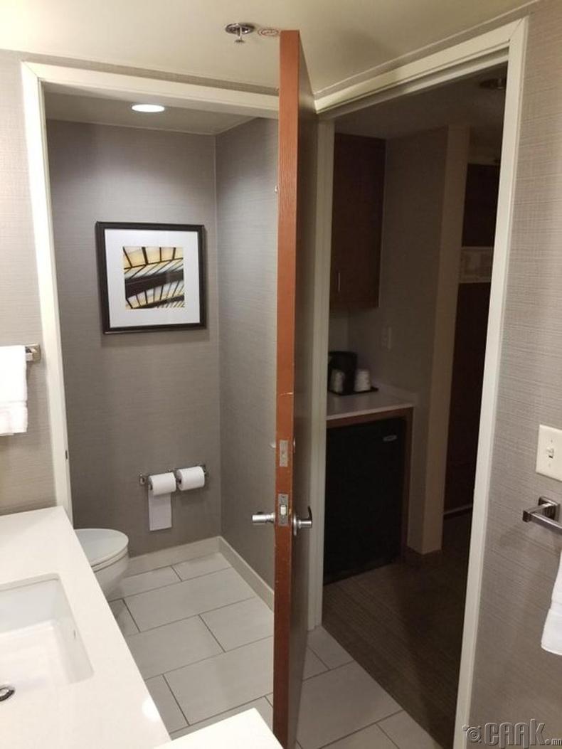 Хоёр өрөөний нэг хаалга